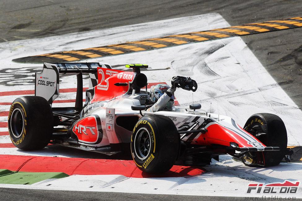 Vitantonio Liuzzi sale de su monoplaza destrozado en Italia 2011