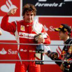 Fernando Alonso dedica su podio a la afición italiana