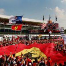 Impresionante afición bajo el podio de Monza 2011