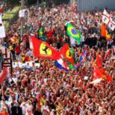 Fernando Alonso y la afición emocionados en el GP de Italia 2011