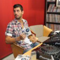 'DJ Squire' con su disco y frente a los platos