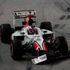 Daniel Ricciardo rompió el alerón en la primera vuelta