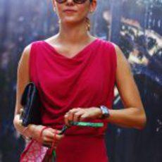 Jessica Michibata se pasea por el 'paddock' de Singapur 2011