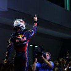 Sebastian Vettel levanta su dedo también en el GP de Singapur 2011