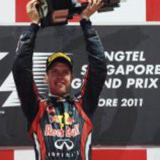 Vettel levanta su trofeo en el GP de Singapur 2011