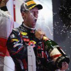Sebastian Vettel descorcha el champán en el GP de Singapur 2011