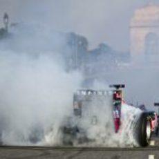 Daniel Ricciardo quema rueda en Nueva Delhi
