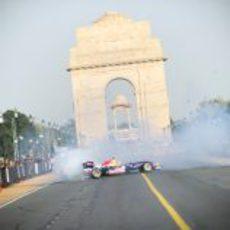 El RB5 y Ricciardo divirtieron a la población de Nueva Delhi