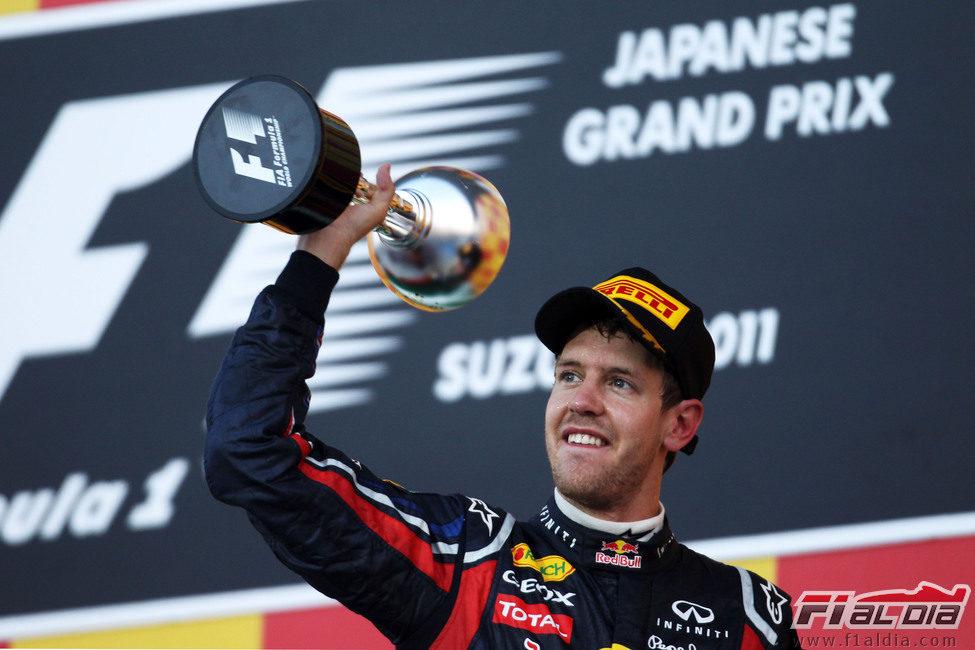 Sebastian Vettel levanta su trofeo en el GP de Japón 2011