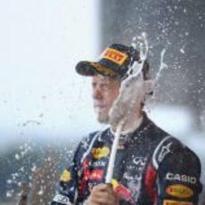 Sebastian Vettel descorcha el champán en el GP de Japón 2011