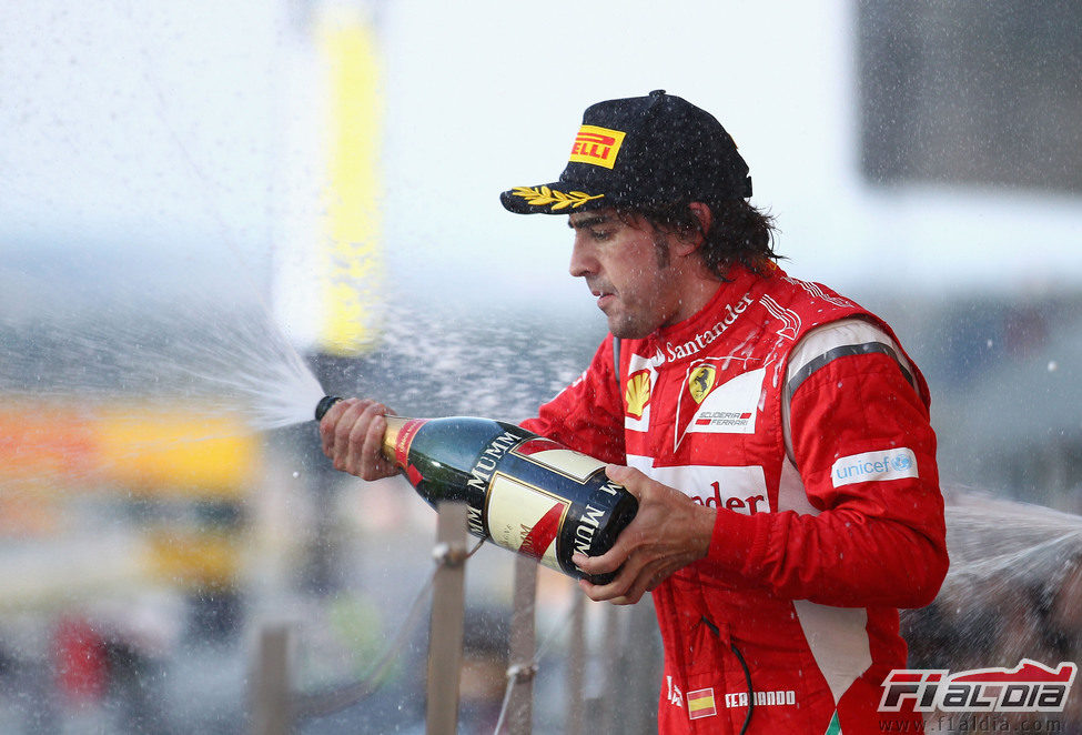 Fernando Alonso con el champán en el podio del GP de Japón 2011