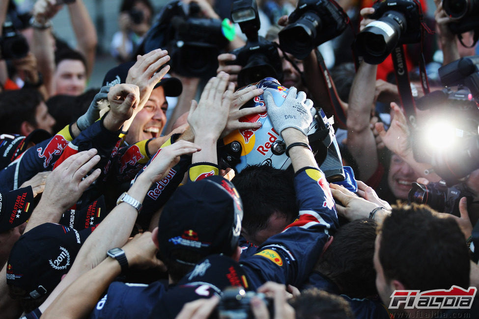 El equipo Red Bull rodea a Sebastian Vettel tras ganar el título de 2011