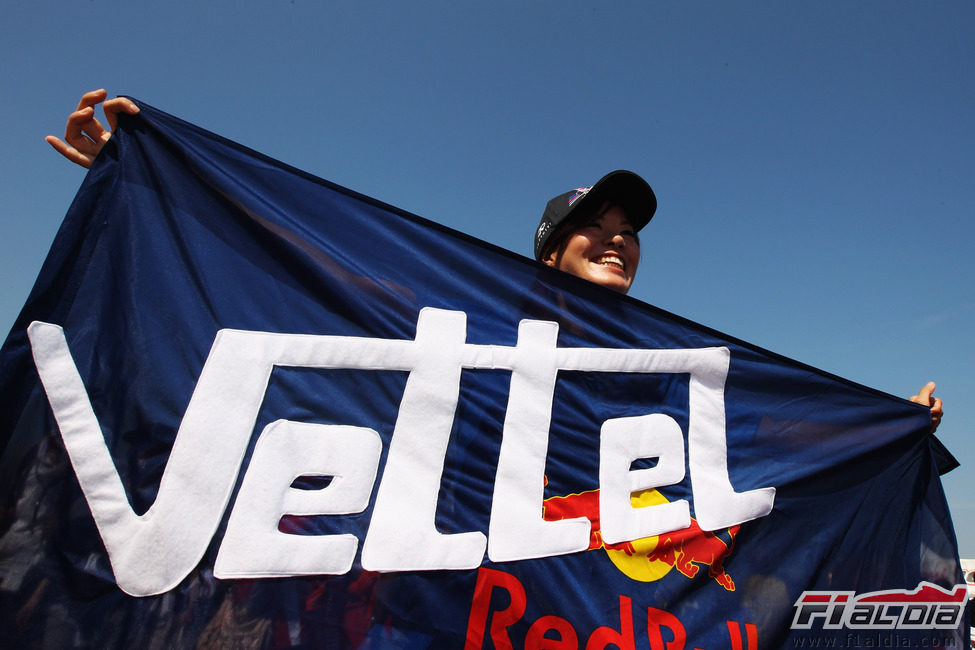 Una japonesa con la bandera de Sebastian Vettel