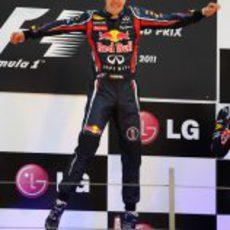 "Sebastian Vettel ""vuela"" en el podio del GP de Corea 2011"