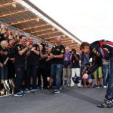 Sebastian Vettel se rinde ante su equipo tras ganar los dos títulos del Mundo