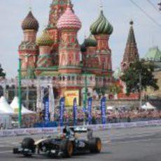 Chandhok pasa ante la Catredral de San Basilio en Moscú