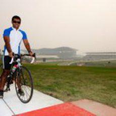Karun Chandhok se da una vuelta en bicicleta por el circuito de India