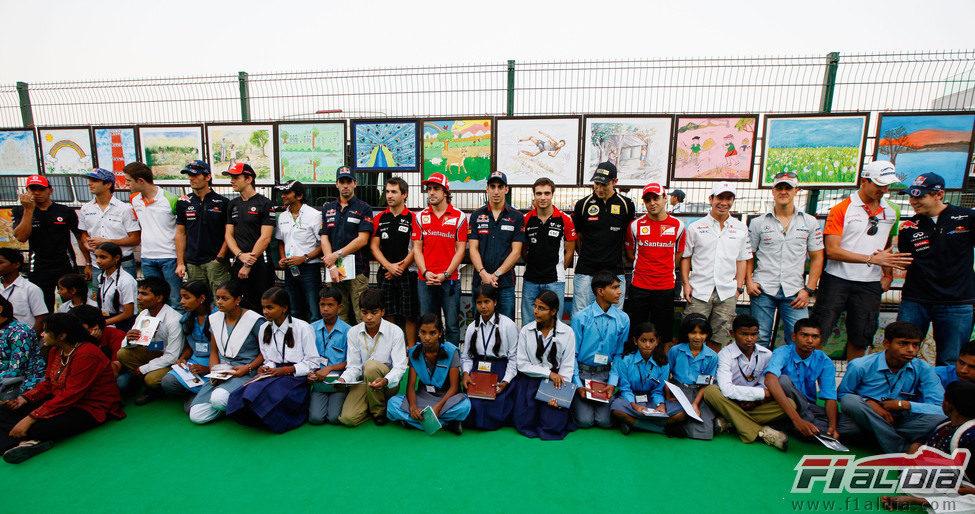 Acto con niños y todos los pilotos de la Fórmula 1 en el circuito indio