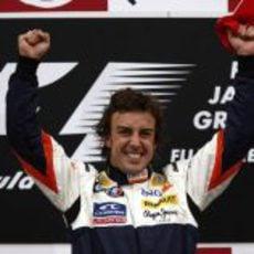 Alonso en la más alto del podio