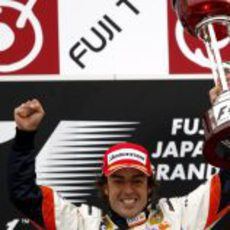 Alonso con su trofeo de vencedor