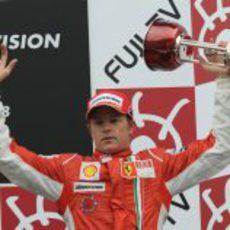 Raikkonen con su trofeo