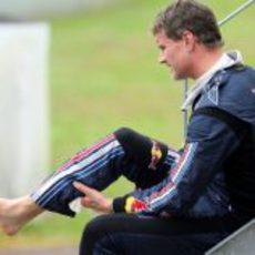Coulthard se coloca el mono