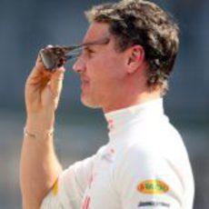 Coulthard se pone las gafas de sol