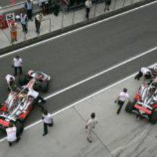 Los dos McLaren entran en boxes
