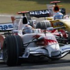Trulli presionado por Alonso durante la clasificación