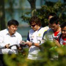 Alonso firma algunos autógrafos