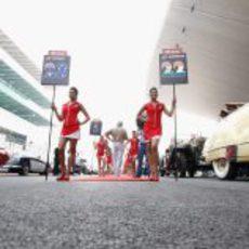 Las 'pitbabes' del equipo HRT en India