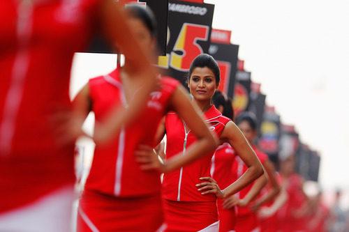 Las 'pitbabes' del GP de India sostienen los números de los pilotos