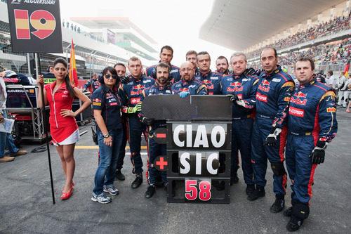 El equipo Toro Rosso recuerda a Marco Simoncelli en la parrilla del GP de India 2011