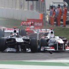Barrichello y Kobayashi impactan en la salida del GP de India 2011