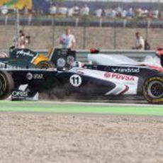 Rubens Barrichello sin alerón en la salida del GP de India 2011