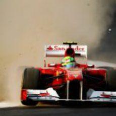 Felipe Massa se salta una de la curvas del circuito de India