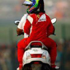 Felipe Massa vuelve a boxes en moto en el GP de India 2011