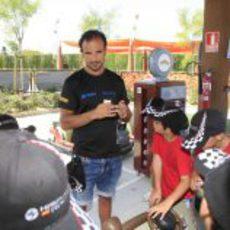 Liuzzi explica a los niños unas normas de seguridad vial básicas