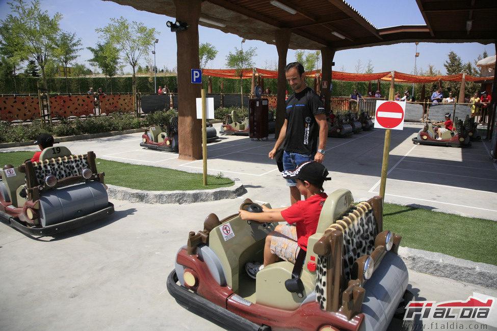 Vitantonio Liuzzi vigila los 'troncomóviles' de los niños
