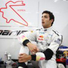 Daniel Ricciardo en su box de Corea 2011