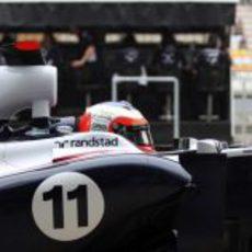 Rubens Barrichello espera en el 'pit' sentado en su Williams