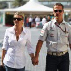 Michael Schumacher llega a Abu Dabi acompañado de su mujer