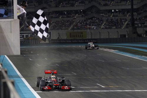 Lewis Hamilton cruza la meta de Yas Marina en primera posición