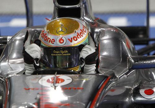 Lewis Hamilton celebra en el coche su tercera victoria del año 2011
