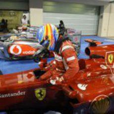 Fernando Alonso se baja del coche tras la carrera de Abu Dabi 2011