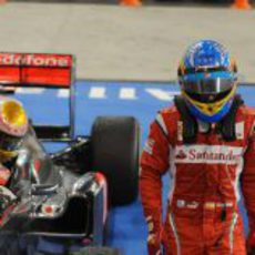 Hamilton se baja del coche detrás de Alonso