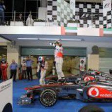 Lewis Hamilton se pone en pie encima del monoplaza para celebrar el triunfo