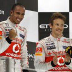 Los dos pilotos de McLaren en el podio del GP de Abu Dabi 2011