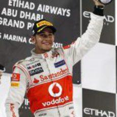 Lewis Hamilton levanta su trofeo de ganador en el GP de Abu Dabi 2011