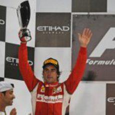 Fernando Alonso levanta su trofeo en el GP de Abu Dabi 2011